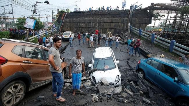 Jembatan Majherhat yang berada di kota Kolkata, India runtuh pada Selasa, (4/9) pukul 16.40 waktu setempat (REUTERS/Rupak De Chowdhuri)