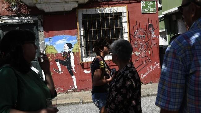 Bukan cuma dari beragam karya maestro dunia,sejumlah mural juga menunjukkan ekspresi atau fenomena di era kontemporer.(AFP PHOTO / MIGUEL RIOPA)