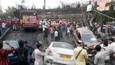 Akibatnya 24 orang terluka dan satu orang tewas akibat tertimpa reruntuhan jembatan. Selain itu 10 kendaraan terkubur dalam puing.(REUTERS/Rupak De Chowdhuri)