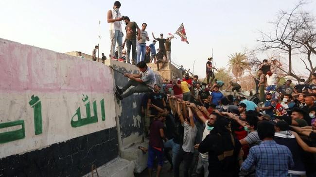 Pada Juli, pemerintah Irak mengumumkan rencana bantuan darurat bernilai miliaran dolar untuk Basra dalam upaya membangun kembali infrastruktur dan layanan masyarakat seperti pasokan air bersih. (REUTERS/Alaa al-Marjani)