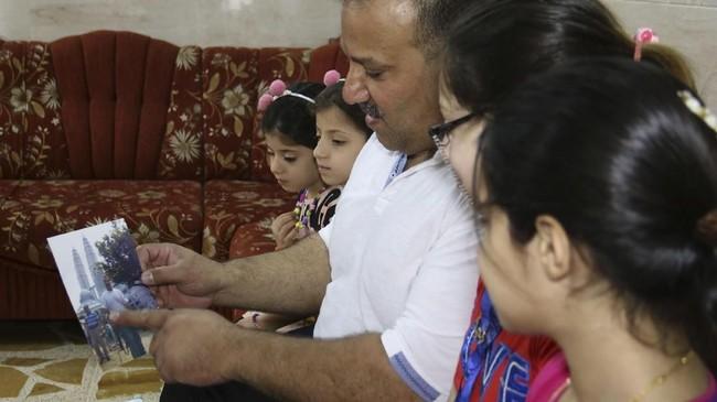 Faris al-Ajeeli mendapatkan dukungan penuh dari keluarga untuk kembali menekuni profesinya setelah terbebas dari ancaman ISIS. (AFP PHOTO / Zaid AL-OBEIDI)