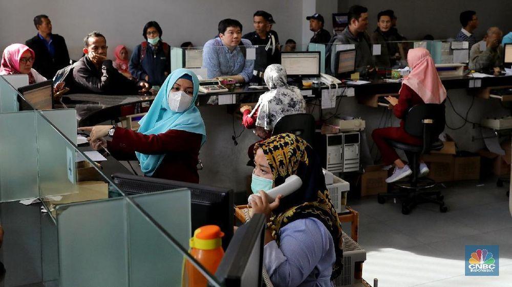 Warga melakukan transaksi penukaran mata uang asing di salah satu pusat penukaran mata uang di Jakarta, Kamis (6/9/2018). (CNBC Indonesia/Andrean Kristianto)