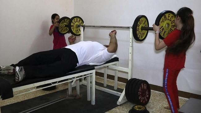 Faris al-Ajeeli bahkan sudah mendapatkan medali emas pada kejuaraan dunia 2017 untuk nomor 107kg. (AFP PHOTO / Zaid AL-OBEIDI)