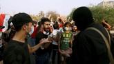 Para pengunjuk rasa ini meragukan janji dari pemerintah yang akan berakhir kekuasaannya itu, sementara perundingan pembentukan pemerintah baru masih alot. (REUTERS/Essam al-Sudani)