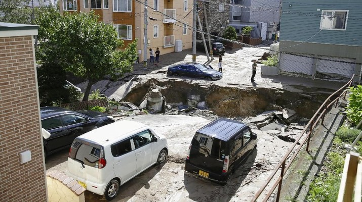People look at an area damaged by an earthquake in Sapporo in Japan's northern island of Hokkaido, Japan, in this photo taken by Kyodo September 6, 2018. Mandatory credit Kyodo/via REUTERS ATTENTION EDITORS - THIS IMAGE WAS PROVIDED BY A THIRD PARTY. MANDATORY CREDIT. JAPAN OUT. NO COMMERCIAL OR EDITORIAL SALES IN JAPAN.