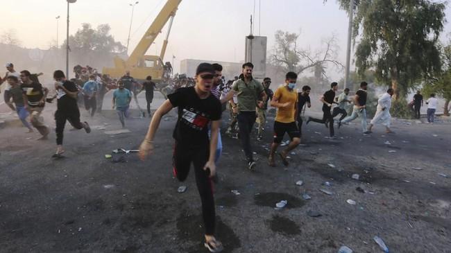 Satu orang tewas dan 25 lainnya luka-luka akibat tembakan petugas keamanan Irak saat mencoba membubarkan pengunjuk rasa. (REUTERS/Alaa al-Marjani)