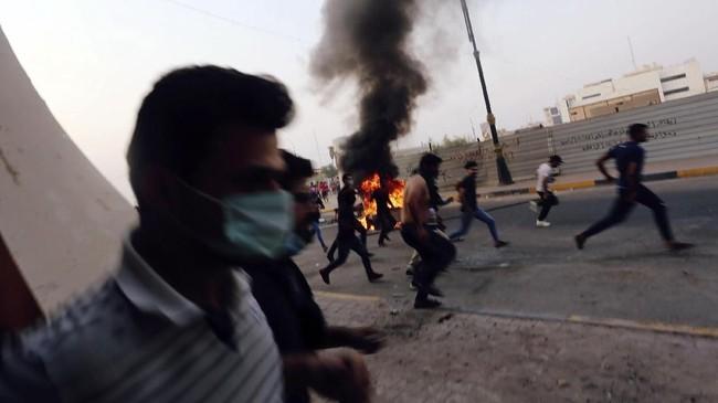 Aksi militer ini tidak berhasil membubarkan pengunjuk rasa dan mereka membalas dengan melempar batu dan petasan ke arah petugas keamanan Irak. REUTERS/Alaa al-Marjani