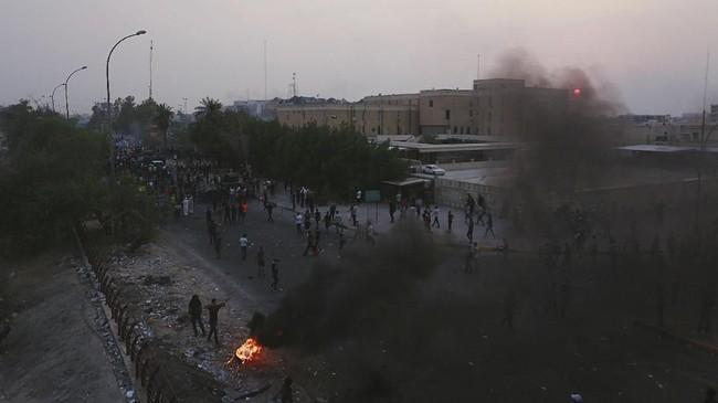 Pasukan tambahan telah dikerahkan untuk membubarkan unjuk rasa. (REUTERS/Alaa al-Marjani)