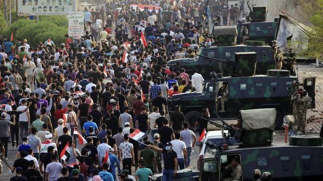 Demostrasi ini dilakukan lantaran air yang terpolusi menyebabkan 20 ribu orang dirawat di rumah sakit. (REUTERS/Alaa al-Marjani)