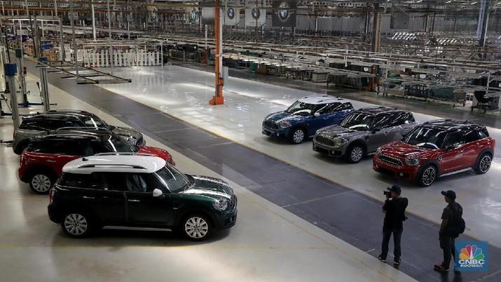 Dua Mobil Mewah Meluncur, Goda Milenial Jadi Pembeli