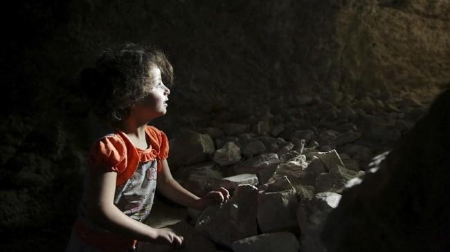Sebagian keluarga sudah menggali sendiri bungker itu sejak 2012, saat perang mulai berkecamuk di Suriah. (Reuters/Khalil Ashawi)