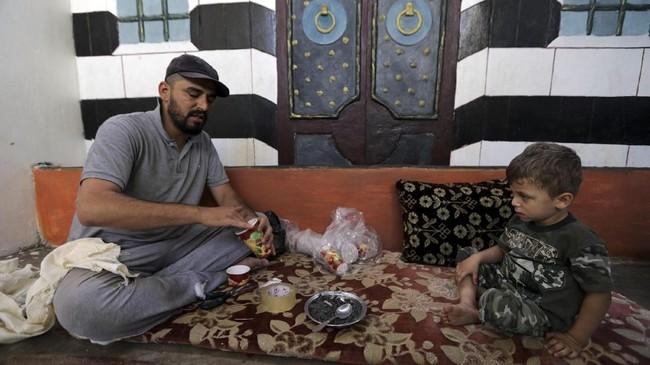 Namun, para warga Idlib sudah putus harapan. Para warga tahu, jika mereka keluar dari rumah ketika bentrokan berlangsung, nyawa siapa pun bisa melayang. Idlib adalah rumah terakhir mereka. (Reuters/Khalil Ashawi)