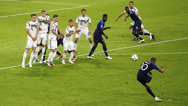Kedua tim memainkan permainan terbuka dan sama-sama banyak menghasilkan tembakan tepat sasaran di laga tersebut. Jerman membukukan tujuh tembakan tepat asasaran, sedangkan Prancis menorehkan lima tembakan tepat sasaran. (REUTERS/Wolfgang Rattay)