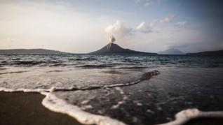 Muncul Sinar Api, Gunung Anak Krakatau Status Waspada