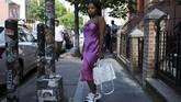 Nia Indigo (23) berpose dengan mengenakan sepasang sneakers Louis Vuitton di Brooklyn, New York, AS, 2 September 2018.