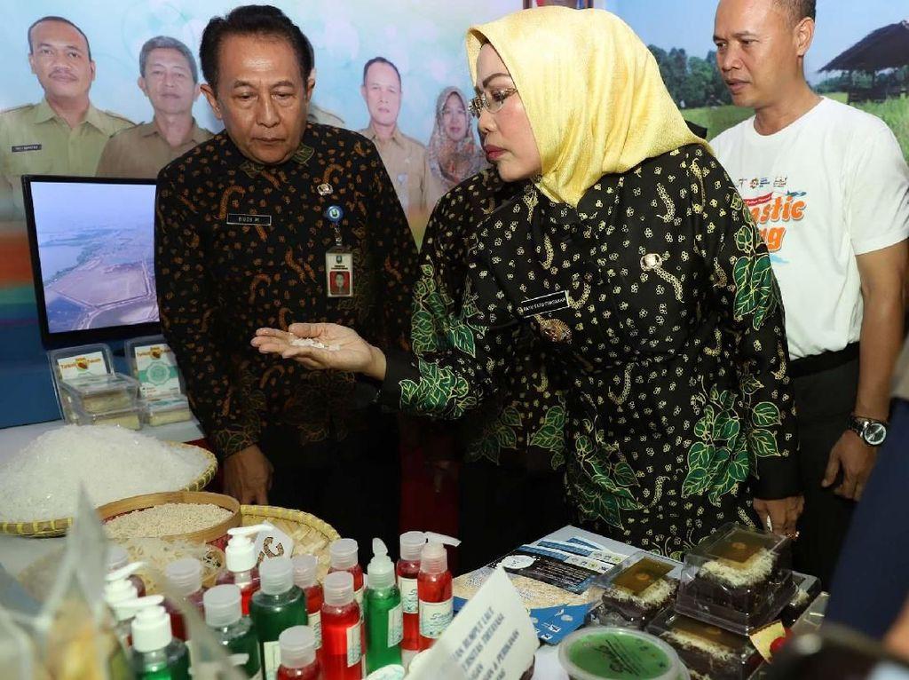 Bupati Serang Ratu Tatu Chasanah meninjau produk-produk yang dipamerkan. Istimewa/Pemkab Serang.
