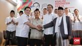 Erick Thohir berpose jabat tangan bersama Jusuf Kalla, Jokowi, dan Ma'ruf Amin di Posko Cemara, Menteng, Jakarta Pusat, Jumat (7/9). (CNN Indonesia/Adhi Wicaksono)