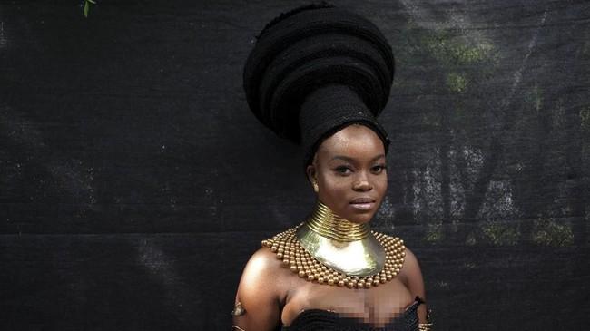 Kristia Tolode (24) berpose sembari mengenakan karya Moshoodat di Brooklyn, New York, AS, 25 Agustus 2018.