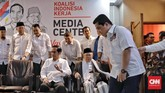 Erick Thohir memasuki area jumpa pers pengumuman dirinya sebagai Ketua Tim Kampanye Nasional. Tampak Bakal Presiden dan Bakal Cawapres Jokowi-Ma'ruf Amin juga hadir di sana, sementra para sekjen parpol koalisi berdiri di belakangnya.(CNN Indonesia/Adhi Wicaksono)