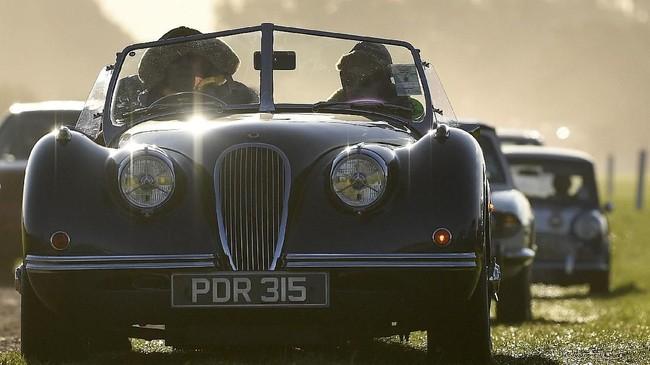 Selain soal balapan, Goodwood Revival juga menunjukan kebudayaan klasik Inggris dalam periode tertentumelalui mobil, motor, dan busana para pengunjung. (REUTERS/Toby Melville)