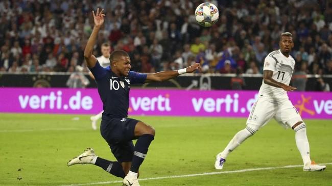 Namun hingga laga usai, kedua tim sama-sama tidak mampu mencetak gol. Skor 0-0 membuat kedua tim pulang dengan satu poin di tangan. (REUTERS/Michael Dalder)