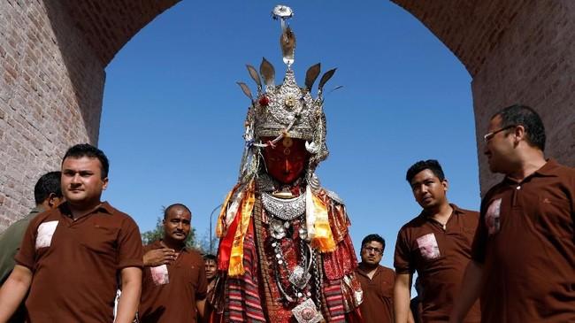 Setiap masuk musim panas, umat Budha di Nepal, pegunungan Himalaya, melaksanakan festival saling memberi bernama Pancha Dan. (REUTERS/Navesh Chitrakar)