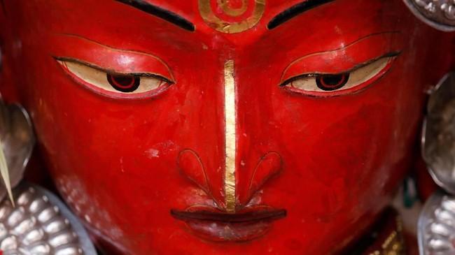 Dalam momen ini pula, koleksi artefak ajaran Budha dipajang di biara-biara setempat. (REUTERS/Navesh Chitrakar)
