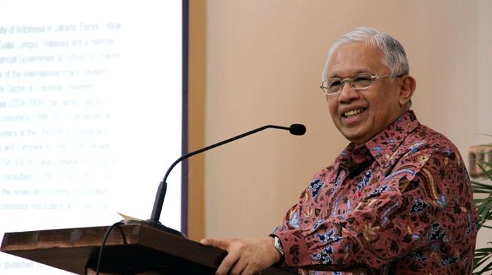 Pelemahan nilai tukar rupiah terhadap dolar AS menjadi perhatian semua orang, termasuk ekonom Anwar Nasution.
