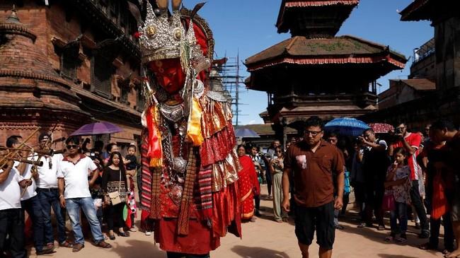 Berbagai macam benda keramat dalam ajaran Budha dipajang dalam momen ini, termasuk patung raksasa Dipankar yang diarak keliling kota. (REUTERS/Navesh Chitrakar)