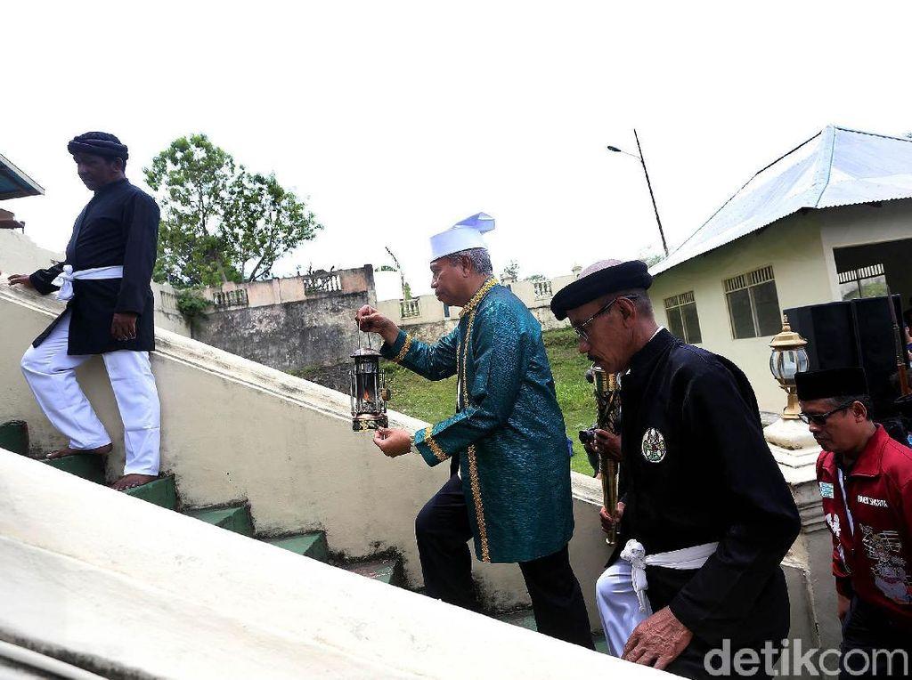 Dalam acara tersebut Wakil Ketua Penyelenggara INAPGOC, Raden Isnanta, menyerahkan obor dan lentara yang dibawa dari Solo, ditemani oleh Wakil Direktur INAPGOC, Teguh Raharjo dan Sekjen Pelaksana Bayu Rahardian.