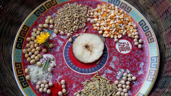 Pancha Dan ini merupakan momen saling berbagi dalam lima elemen, yaitu biji-bijian, beras, garam, uang, dan buah, atau benda kebutuhan sehari-hari. (REUTERS/Navesh Chitrakar)