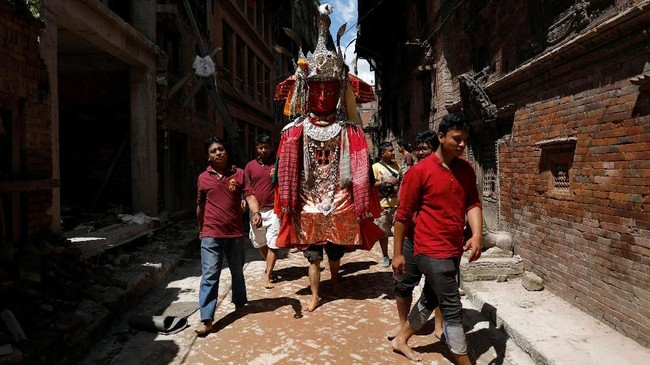Festival ini jatuh pada triodashi, dua hari sebelum perayaan Hari Ayah berdasarkan kalendar penanggalan China, atau pada 7 September lalu. (REUTERS/Navesh Chitrakar)