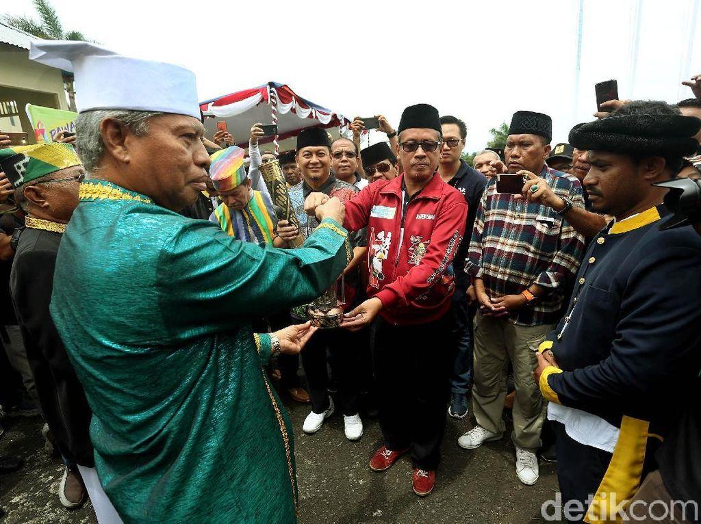Penyerahan obor dan lentera dilakukan ke Kedaton Kesultanan Ternate, Maluku Utara.