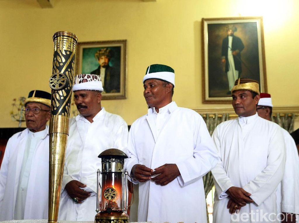 Mereka memberikannya kepada Jogugu Kadato, pejabat kesultanan. Hadir pula dalam kesempatan itu, Walikota Ternate, Burhan Abdurahman.