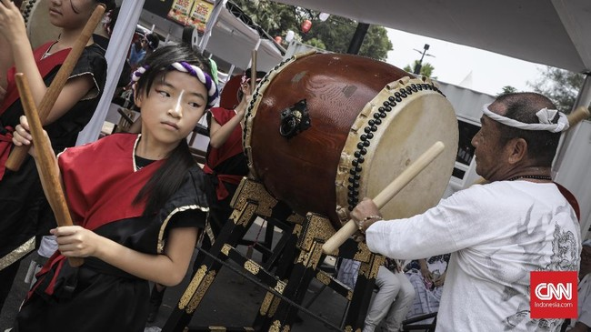 Puluhan peserta festival melakukan arak-arakan Mikoshi saat acara festival Jak-Japan Matsuri 2018 di Gelora Bung Karno, Senayan, Jakarta (9/9). (CNN Indonesia/ Hesti Rika)