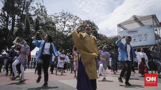 Pengunjung menari bersama dengan teater En Juku di hari kedua acara Jak-Japan Matsuri 2018 di Gelora Bung Karno, Senayan, Jakarta (9/9). (CNN Indonesia/ Hesti Rika)