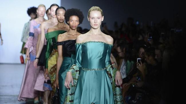 Kehadiran ketiganya disatukan dalam Indonesian Diversity dan dikoordinasi Indonesia Fashion Gallery (IFG) New York, KJRI NY. (Fernanda Calfat/Getty Images for Indonesian Diversity/AFP)