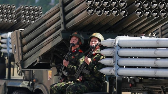 Tentara naik peluncur roket ganda selama parade militer menandai peringatan 70 tahun yayasan Korea Utara di Pyongyang, Korea Utara, 9 September 2018.(REUTERS/Danish Siddiqui)