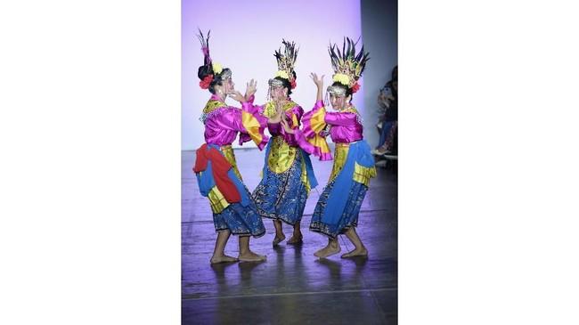 Setelah dibuka oleh aksi Tom Ford di New York Fashion Week pada (6/9), gelaran NYFW juga diramaikan oleh hadirnya desainer Indonesia. (Fernanda Calfat/Getty Images for Indonesian Diversity/AFP)