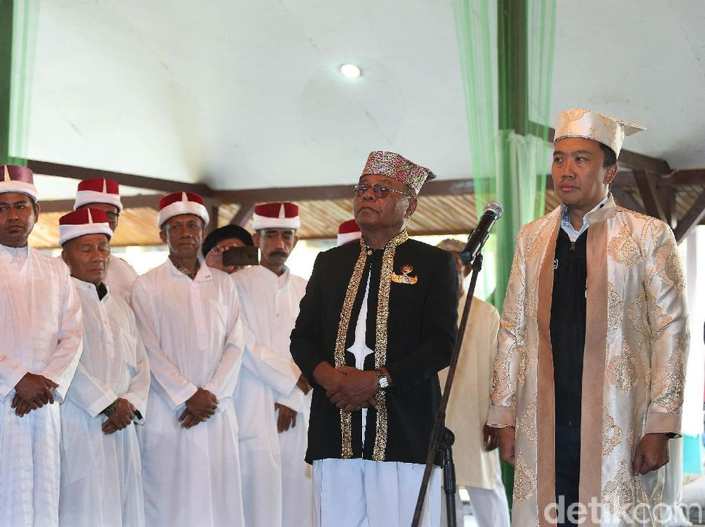 Pemberian gelar adat kepada Imam Nahrawi dilakukan di Kedaton Kesultanan Ternate, Minggu (9/9/2018).