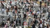 Orang-orang yang lalu-lalang di persimpangan zebra cross di Tokyo, Jepang. (AFP PHOTO / Kazuhiro NOGI)