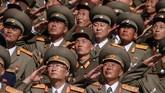 Tentara Tentara Rakyat Korea (KPA) memberi hormat ketika mereka menyaksikan demonstrasi massa di alun-alun Kim Il Sung di Pyongyang pada 9 September 2018. (AFP PHOTO / Ed JONES)