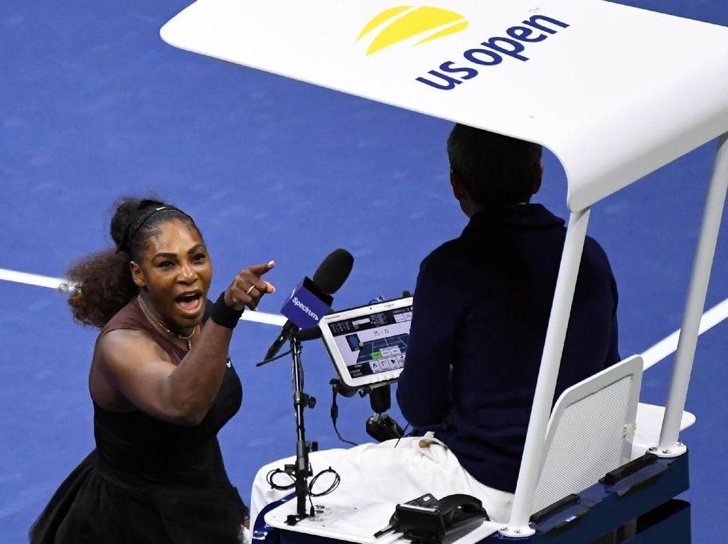 Serena melakukan protes karena dinilai melakukan code violation di set kedua. Danielle Parhizkaran/USA Today Sports/Reuters.
