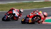 Marquez sempat menyalip Lorenzo di posisi kedua sebelum dilewati lagi oleh pebalap Ducati itu. Namun, nasib nahas menimpa Lorenzo karena terjatuh saat balapan menyisakan dua lap lagi. (REUTERS/Max Rossi)