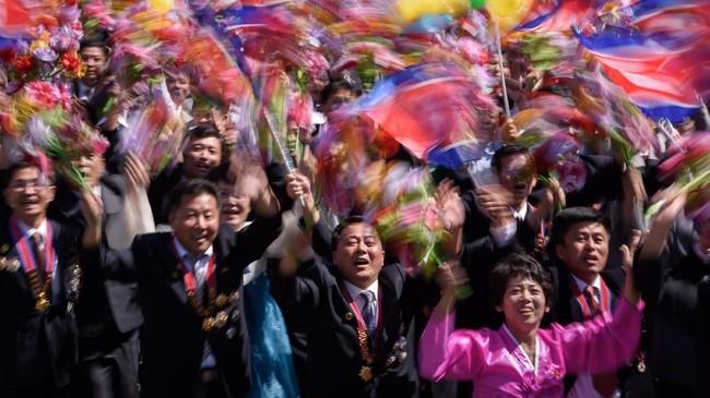 Korea Utara mengadakan parade militer untuk menandai ulang tahunnya yang ke-70, tetapi menahan diri dari memamerkan rudal balistik antarbenua. (AFP PHOTO / Ed JONES)