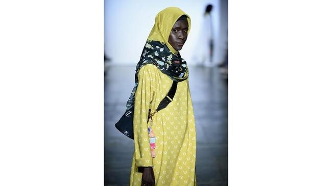 Kimberly Tandra menghadirkan desain busana couture dengan paduan futuristik dan kontemporer dengan sentuhan aneka warna dan alam Indonesia. (Fernanda Calfat/Getty Images for Indonesian Diversity/AFP)