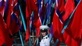 Seorang polisi wanita terlihat sedang mengatur lalu lintas di Pyongyang, Korea Utara jelang perayaan hari jadi Korea Utara. (REUTERS/Danish Siddiqui)