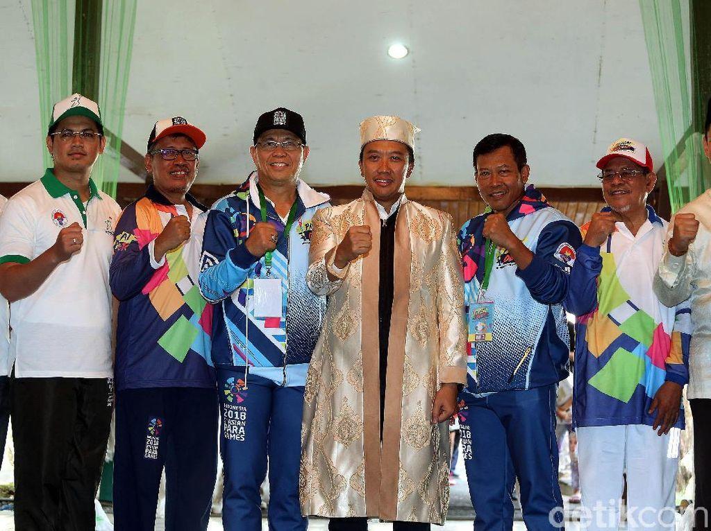 Imam foto bersama panitia kirab obor Asian Para Games 2018 usai menerima gelar adat dari Kesultanan Ternate.