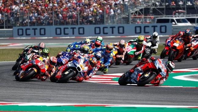 Andrea Dovizioso berhasil menyalip Jorge Lorenzo pada lap keenam dan berhasil memimpin balapan. (REUTERS/Max Rossi)