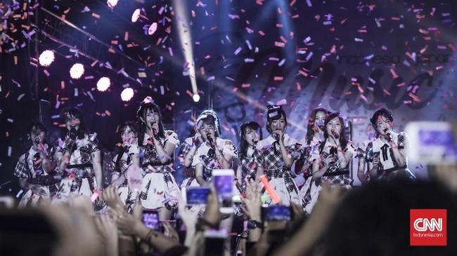 Girl Band asal Jepang AKB48 tampil pada acara Jak-Japan Matsuri 2018 yang peringatai 60 Tahun Hubungan Diplomatik Indonesia-Jepang di kawasan Gelora Bung Karno, Jakarta(8/9). (CNN Indonesia/ Hesti Rika)